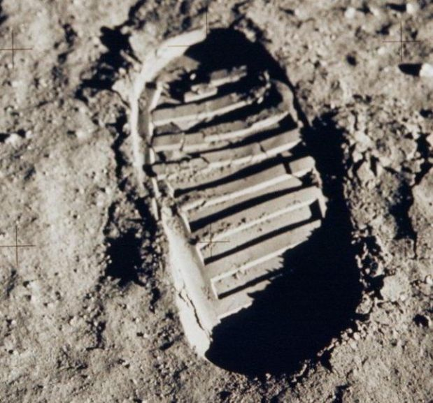 644px-Apollo_11_bootprint_2