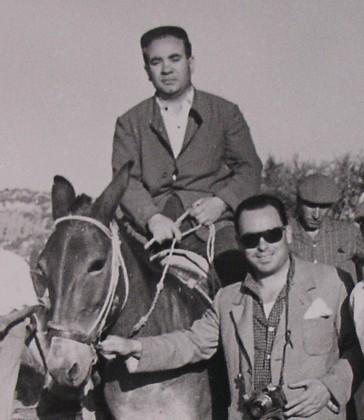 Pino Vicari a cavallo con Pino Mancuso dirigente CGIL