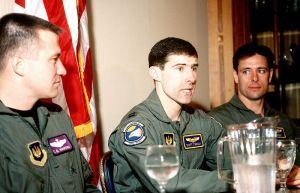 Il Capitano Scott F. O'Grady (al centro), il cui F-16 fu abbattuto sui cieli della Bosnia il 2 giugno 1995, mentre volava per l'Operazione Deny Flight.