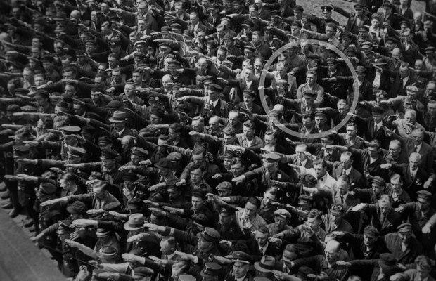 1024px-August-Landmesser-Almanya-1936