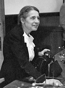 220px-Lise_Meitner_(1878-1968),_lecturing_at_Catholic_University,_Washington,_D.C.,_1946