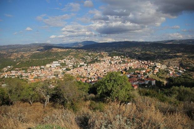 1200px-Ozieri_-_Panorama_(01)